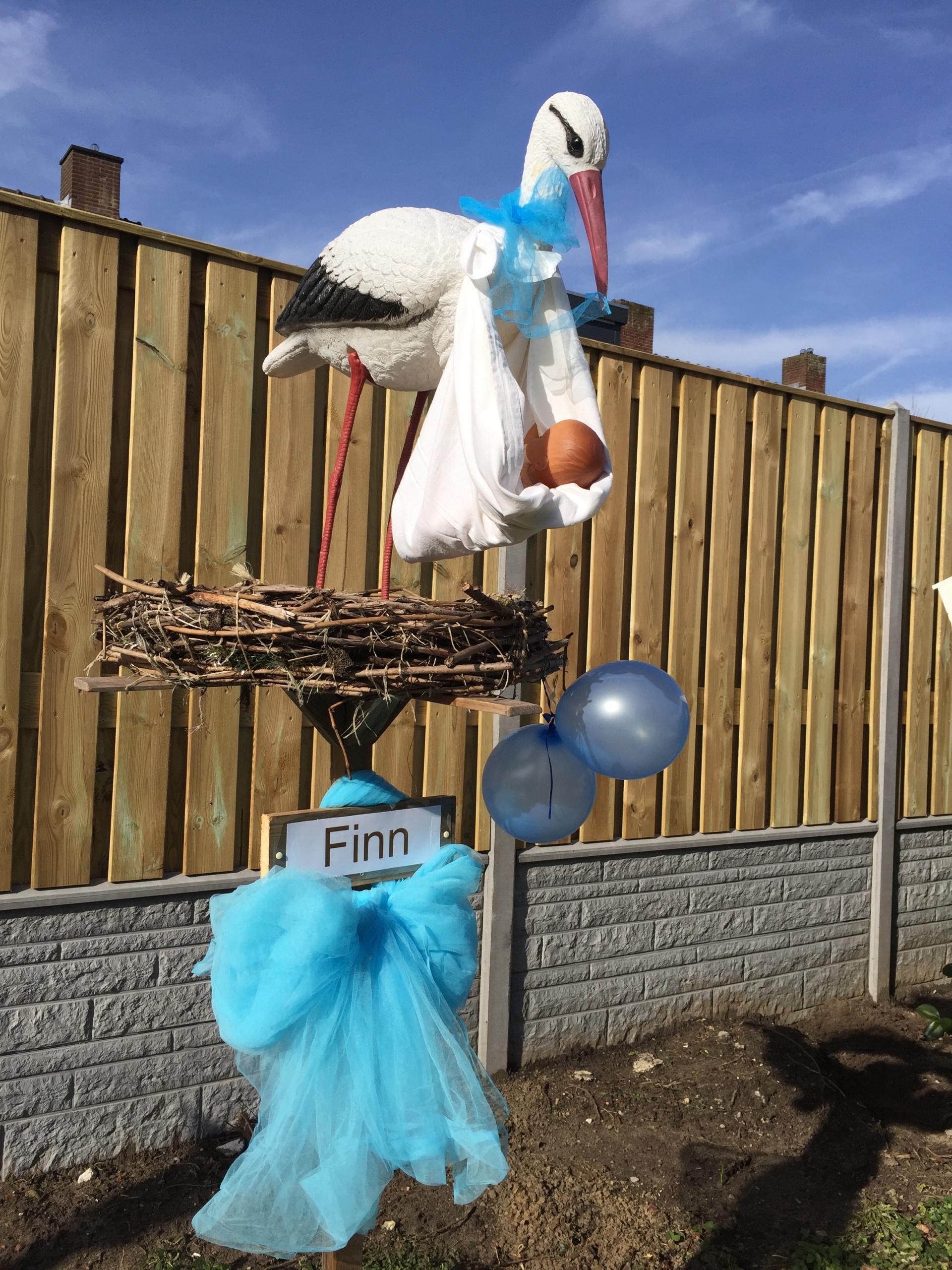 #18 2 B Ooievaar op nest, hangende baby, tule strik, 2 ballonnen